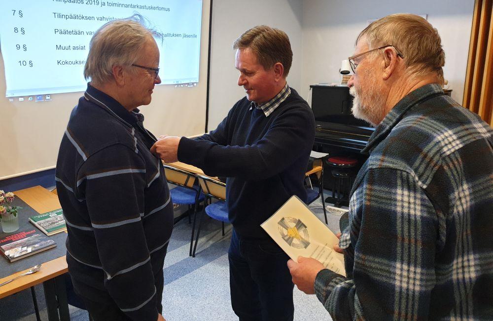 Kokouksen puheenjohtaja Kyösti Hurskaiselle luovutettiin kevätkokouksessa Raja- ja merivartiojoukkujen Peinneyhdistyksen hopeinen ansiomitali.
