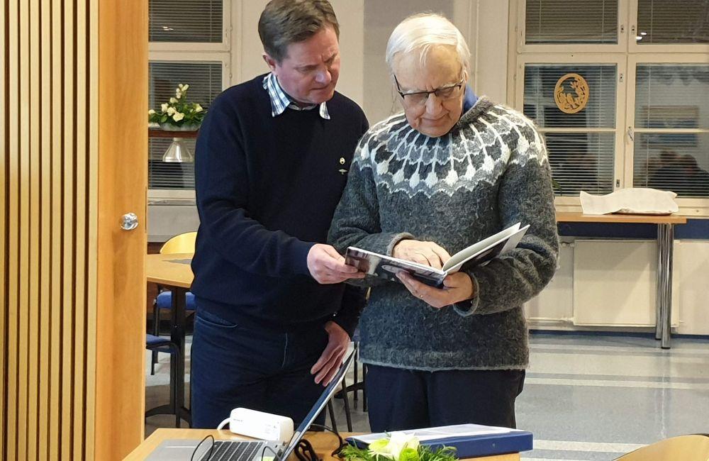 Puheenjohtaja Timo Päivinen (vas) ja Heikki Pirinen, joka piti esitelmän kiteeläisten talvisodasta.